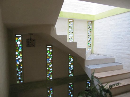 La Casa Verde- Eco Guest House: groovey staircase made by hostess out of colored glass bottles