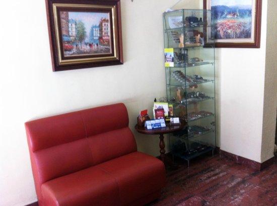 Hotel Albacete: Entrada Exposición y venta de navajas típicas
