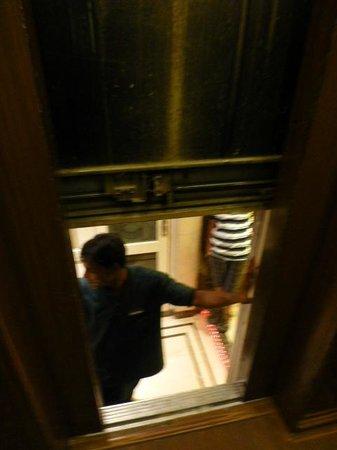 Hotel Executive Enclave : 3 fois coincés en 6 jours dans l'ascenseur