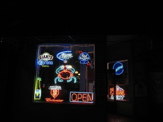 Powell's Steamer & Pub Co.: Front window