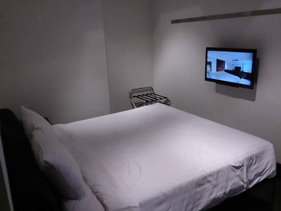 S33 Compact Sukhumvit Hotel: Bed and TV