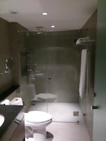 S33 Compact Sukhumvit Hotel: Bathroom