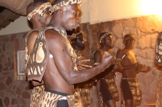 Ganda Lodge : Traditional dancers entertaining guests before dinner