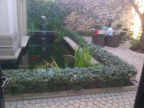 Le Chatelat: courtyard garden