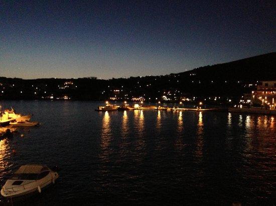 Krinos Suites Hotel: Batsí by night