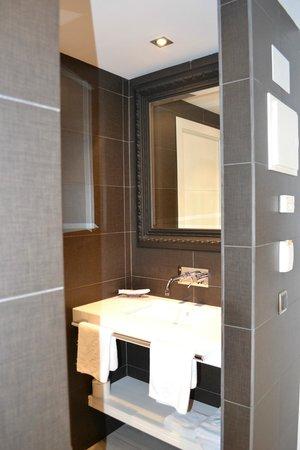 Hotel Spa La Terrassa: Le lavabo (chambre confort)