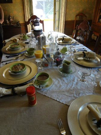 Bed and Breakfast at Taylor's Corner: table is elegantly set