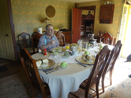 Bed and Breakfast at Taylor's Corner: at the breakfast table
