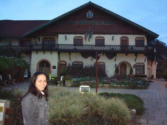 Prefeitura Municipal de Gramado: minha esposa na frente