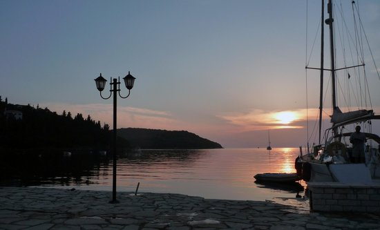 Neilson Retreat Beachclub: Sunset viewd from the harbour front in Sivota