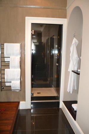 Dock House Boutique Hotel: doccia spaziosa e ben fornita di prodotti