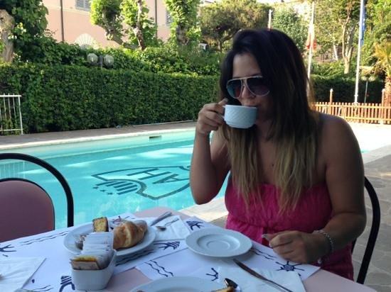 Hotel Aristeo: colazione a bordo piscina