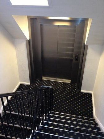 Hotel Ansgar: elevator stops between floors. you have to climb stairs to access elevator
