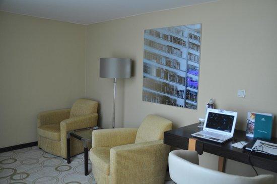 Hilton Prague Old Town: Côté salon de la suite