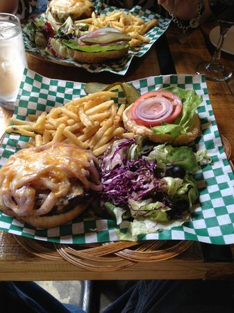 Steakhouse Bullseye : Classic Burger Plate w Cooked Onions