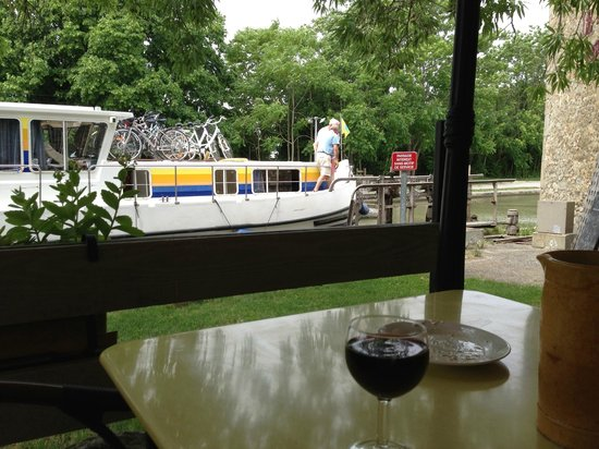 Le Moulin de Trebes : Lock view from your table as the boats rise or fall