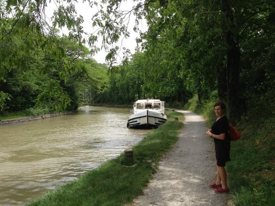Le Moulin de Trebes : Go for a shady walk along the canal after lunch