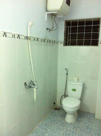 Nha Trang Inn: family room ensuite