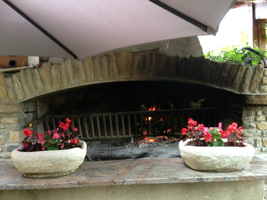 La Table des Troubadours: Large open fire was on