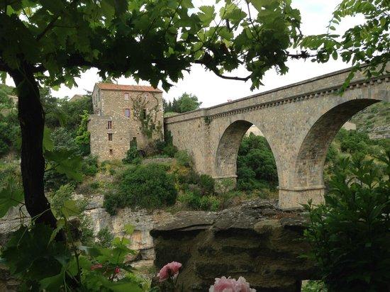 La Table des Troubadours: bridge view from outdoor table