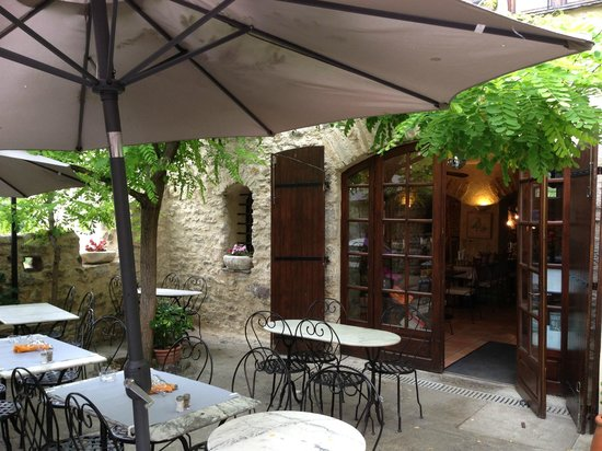 La Table des Troubadours: Entry to the inside of the restaurant