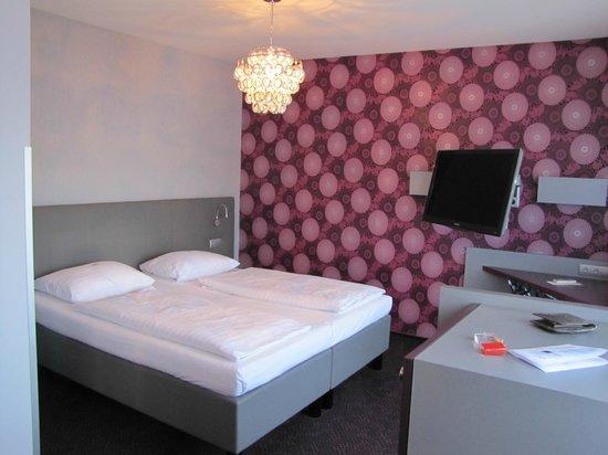 Hotel Viennart am Museumsquartier: Cama cómoda con edredones individuales