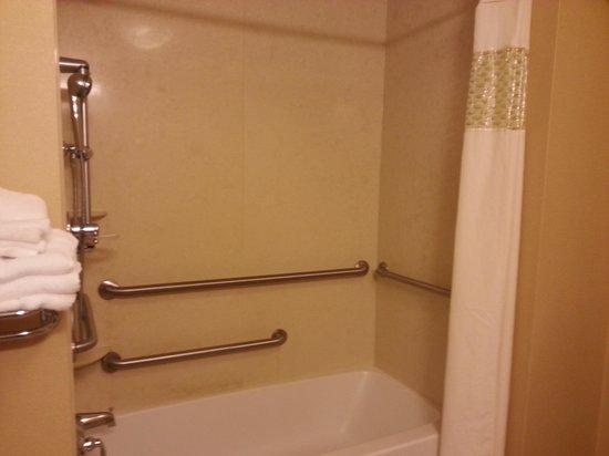 Hampton Inn & Suites Columbia (at the University of Missouri) : shower
