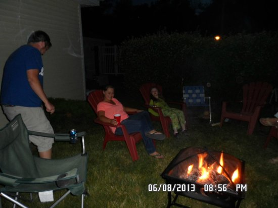 Blue Door Cottages: guest having fun around one of our fire pits