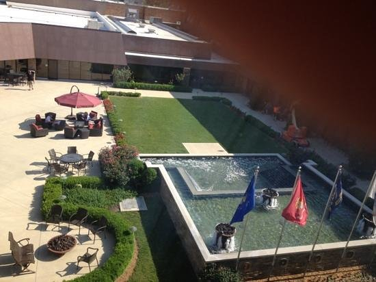 Indianapolis Marriott East: courtyard