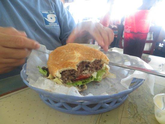 Lattitudes Restaurant: Me and my husband got a burger. Ate every bite!