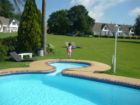 Blue Haze Country Lodge: Malaika at the pool