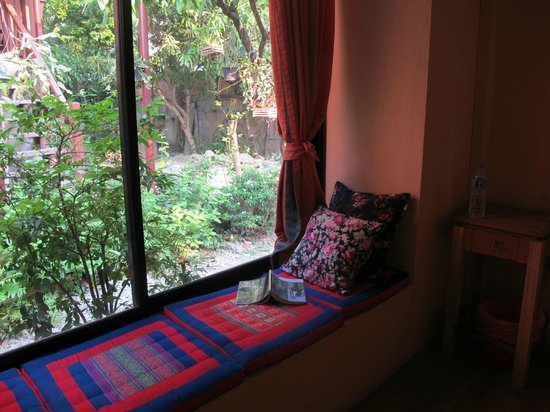 Baan SongJum Wat Ket: reading area at bay window