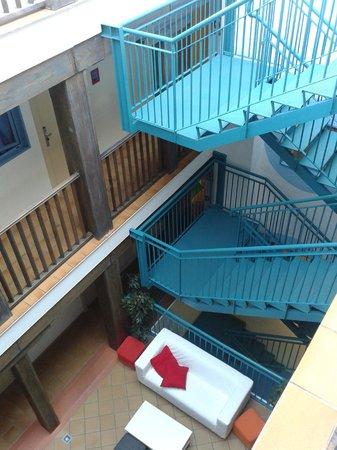 Mad Hostel: cortile interno di accesso ai piani