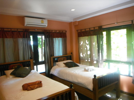 Baan Hanibah : Kid's room with twin beds and tv. Plenty of space and windows.