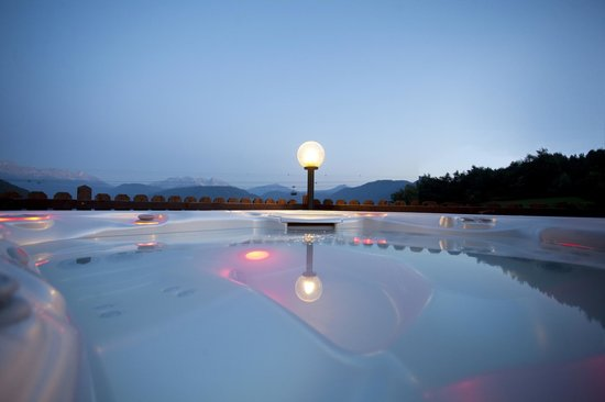 Chalet Grumer Suites&Spa: Open air Jacuzzi heated all year 38C