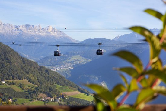 Chalet Grumer Suites&Spa: Cable Car and Dolomites scenery