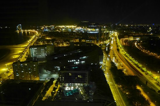 Hotel Arts Barcelona: Night view from club room, 30th floor