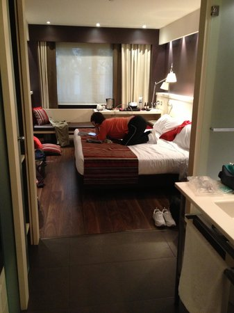 Royal Ramblas Hotel : Checking email in the room