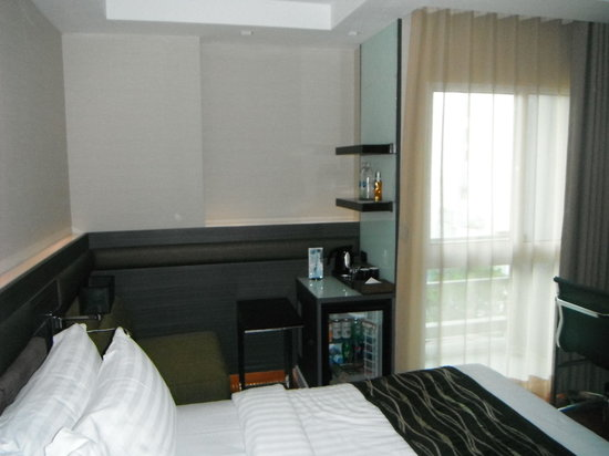 Amora Neoluxe : Our other superior room (smaller window).