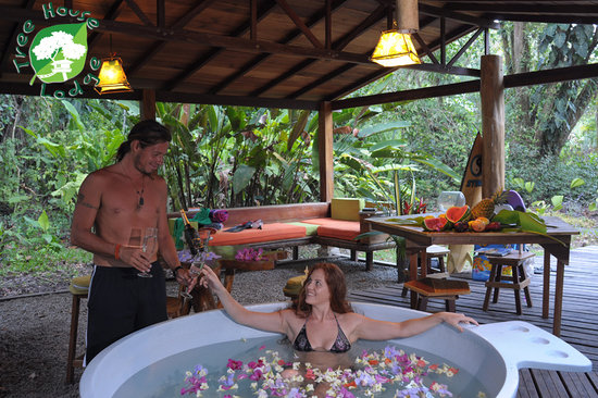 Tree House Lodge: romantic hot tub at all houses
