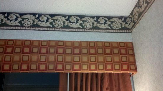 Days Inn Columbus Fairgrounds: Weird decor: border and curtain valance
