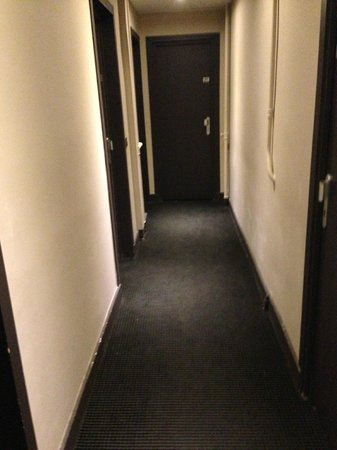 Hotel Corona Rodier: The hallway to room