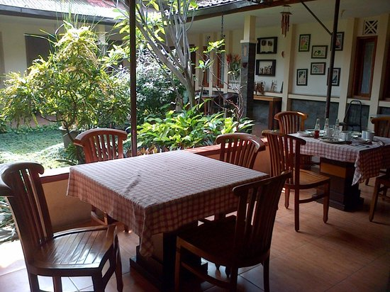 de' Tropis Guest House: little garden in the dining hall