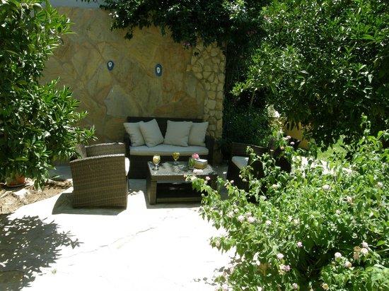 Hotel Villa Monte : Sitting area at the garden, HVM cirali