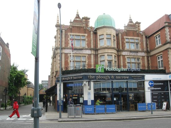Holiday Inn Express London - Hammersmith: oben links.....unten ein Whetherspoon Pub!