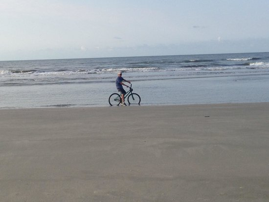 Kiawah Island Golf Resort: Biking on beach