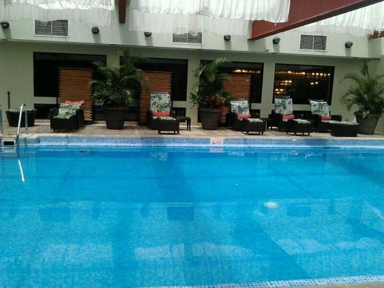 El área de piscina del hotel Holiday Inn