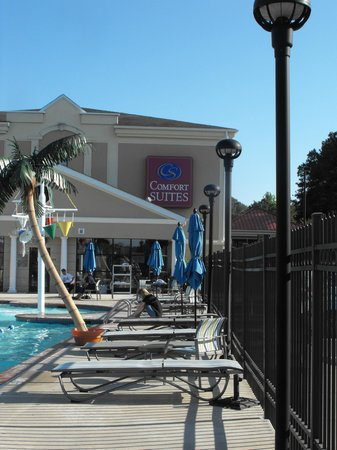 Comfort Suites Ocean City: Pool lounging area