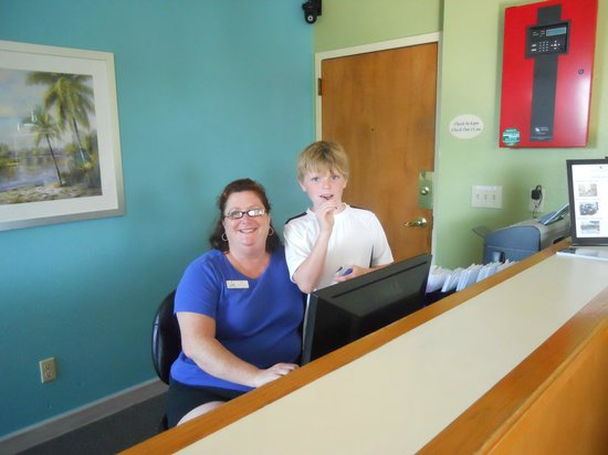 Outer Banks Inn: Our Grandson enjoyed getting to know Katy at front desk.