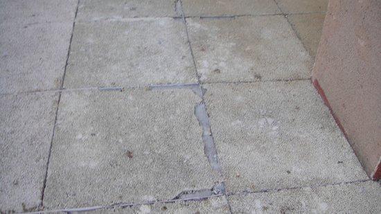 Hotel Las Palmeras: crack tiles on sun terrace